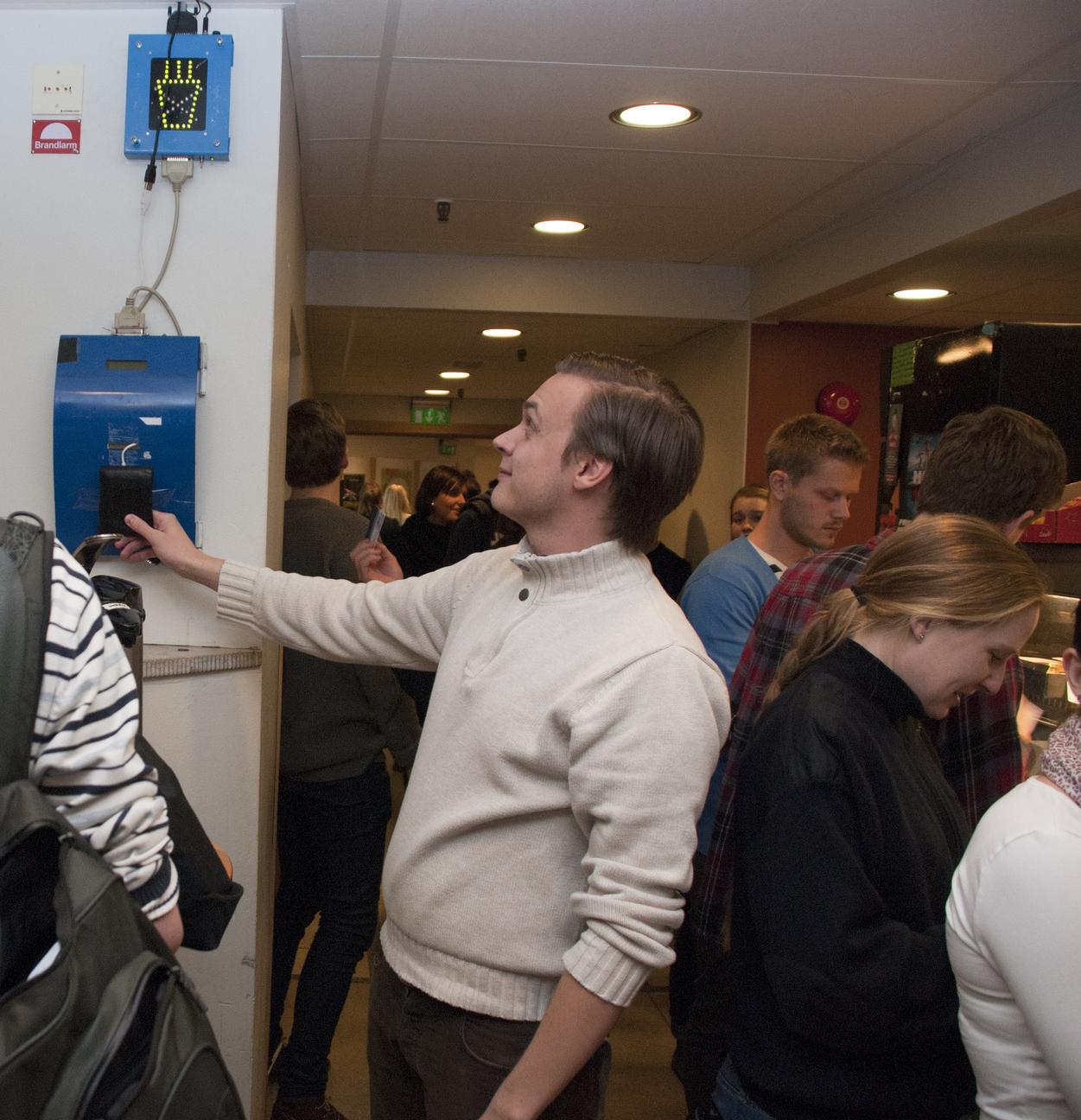 Betalning via NFC för självservering. Fotograf: Jonas Olofsson.